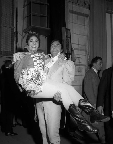 Ivo Vinco and Fiorenza Cossotto after La pietra del paragone, Teatro alla Scala, 1959